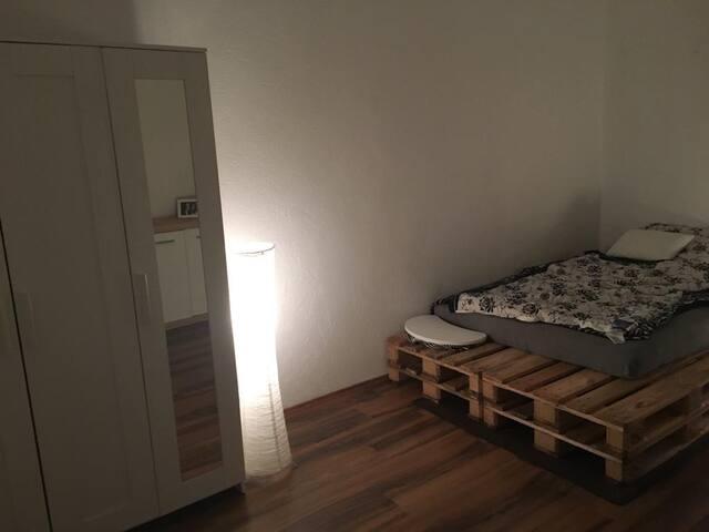 Schönes 20 qm Zimmer nahegelegenem Bahnanschluss