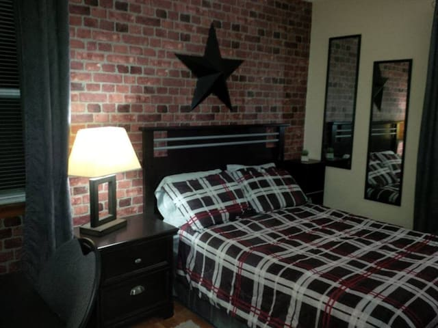 Room in central Ottawa, near Carleton U & Tunney'