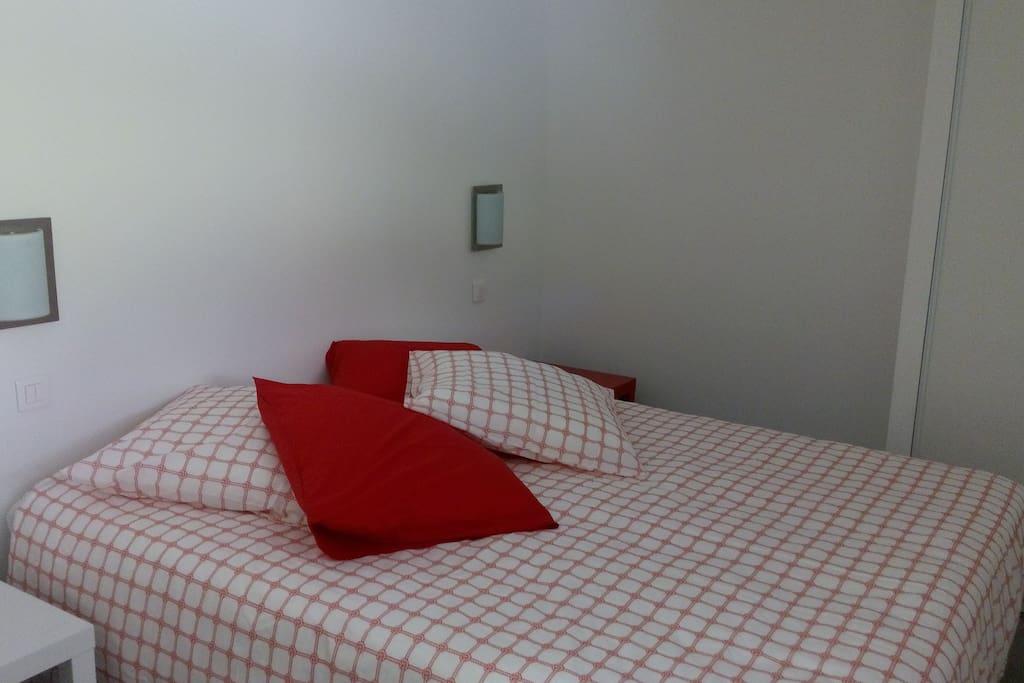 la chambre avec placard volet roulant et moustiquaire