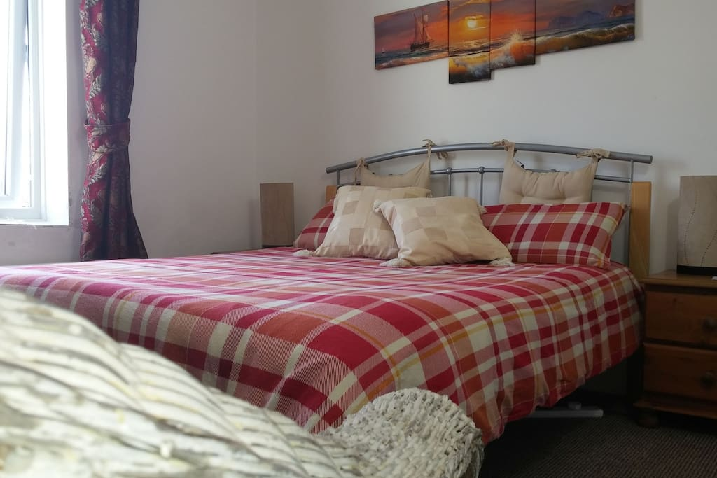 Quiet private room with comfy Kingsize double bed and pleasant view