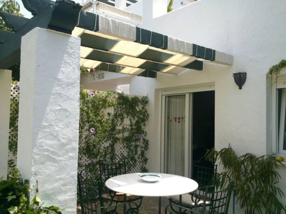 Apartamento con jard n atlanterra apartments for rent for Apartamentos jardines de zahara