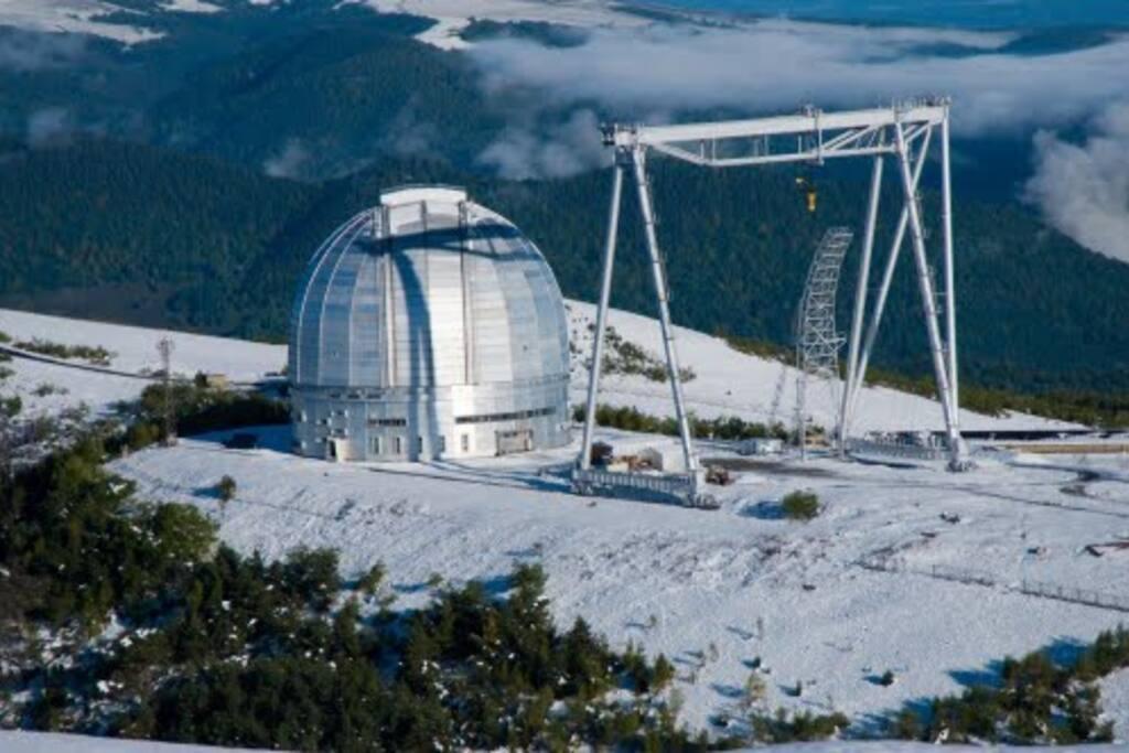Обсерватория буквально в шаговой доступности.