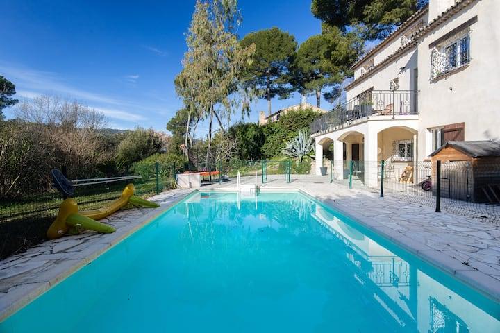 2 pièces bas de villa proche Cannes avec piscine