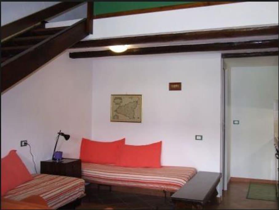 La sala, con il divano letto