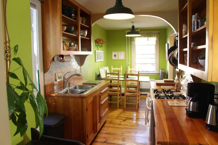 Cozy West End apartment minutes from the Old Port.