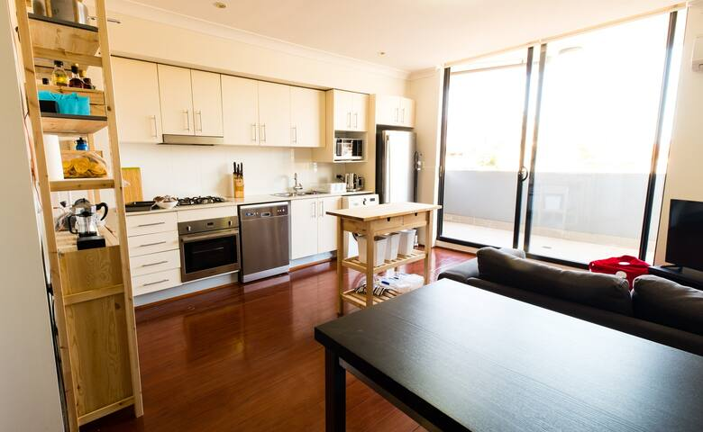 Modern 1 Bedroom Apartment, close to CBD & Newtown - Petersham - Apartment