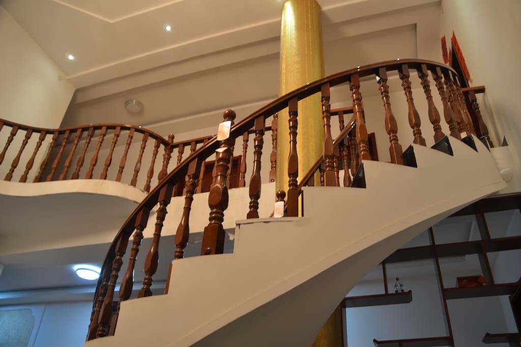 室内旋转楼梯,中式装修大气稳重,不一样的舒适感受