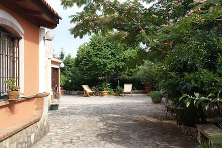 Quiet double room with garden    - Mottola