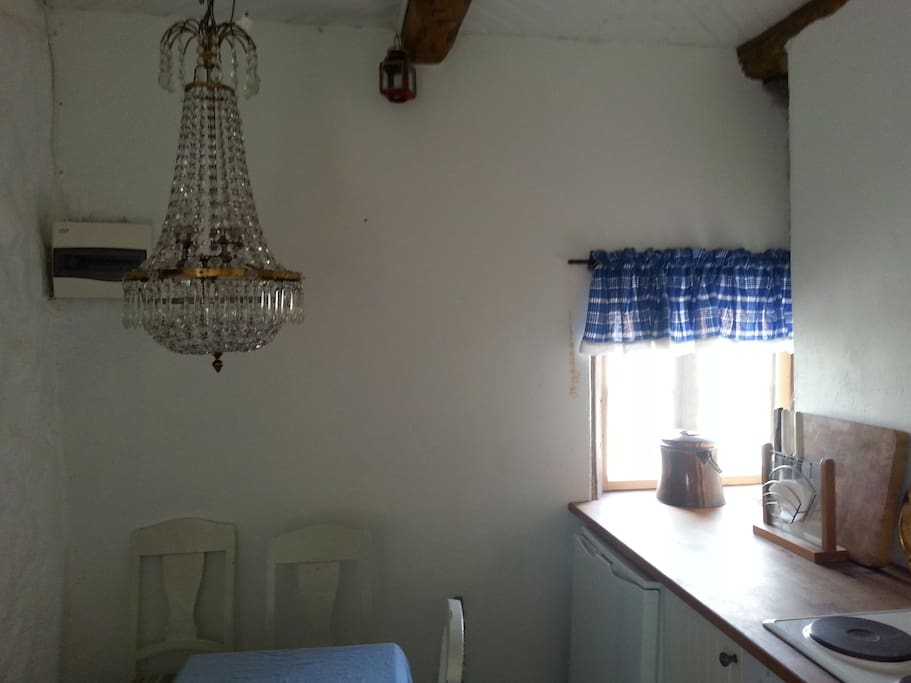 Köksavdelning med bord och stolar.