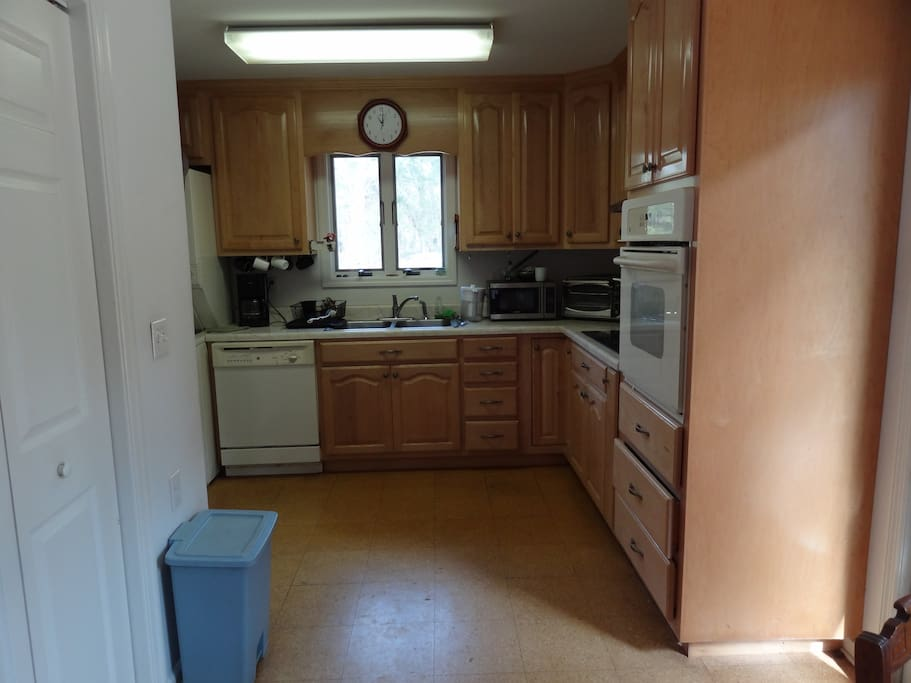 A compact, but fully equipped kitchen