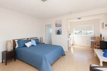 Spacious modern studio with water views on the top floor; 5 minutes away from world famous surf beach, Bronte beach.