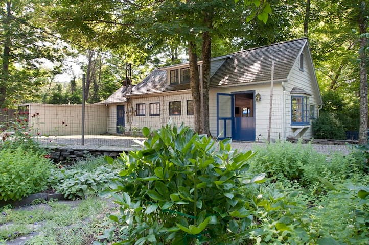 Herb Cottage: history•art•woodstove•walk to town
