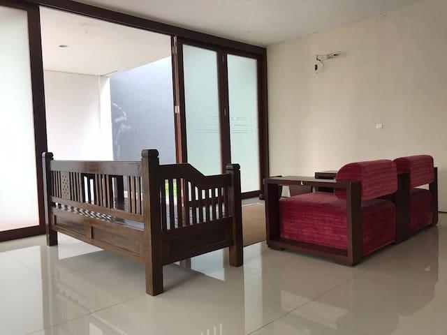 """""""Rumah Azalia"""", Hunian keluarga di Bandung Utara"""