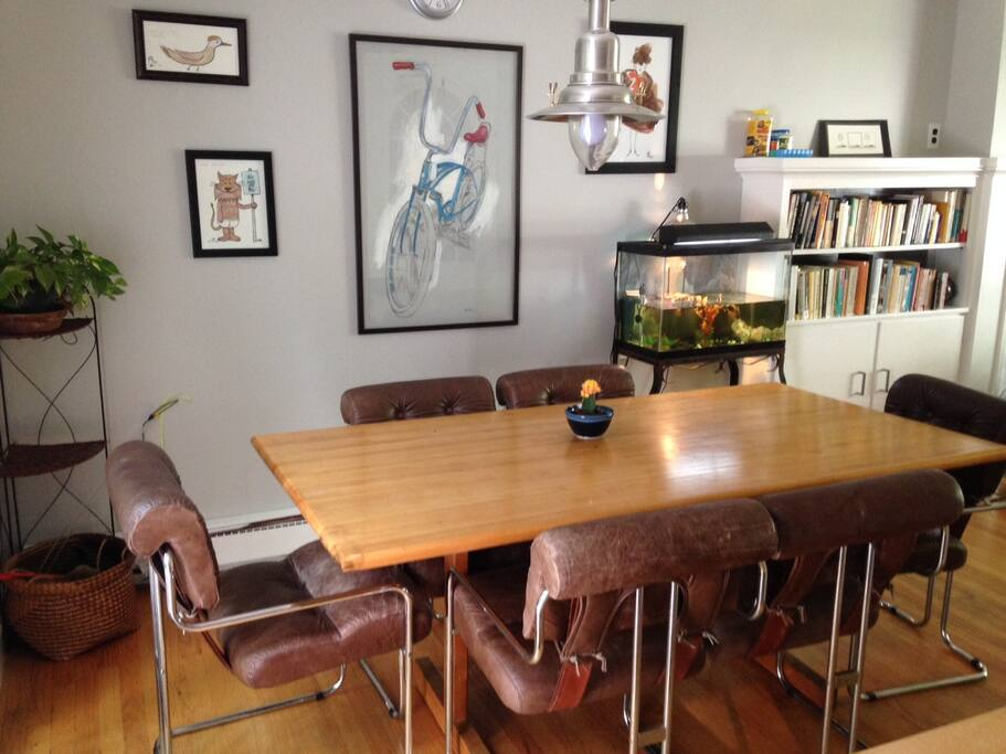 The kitchen table with soft retro leather chairs