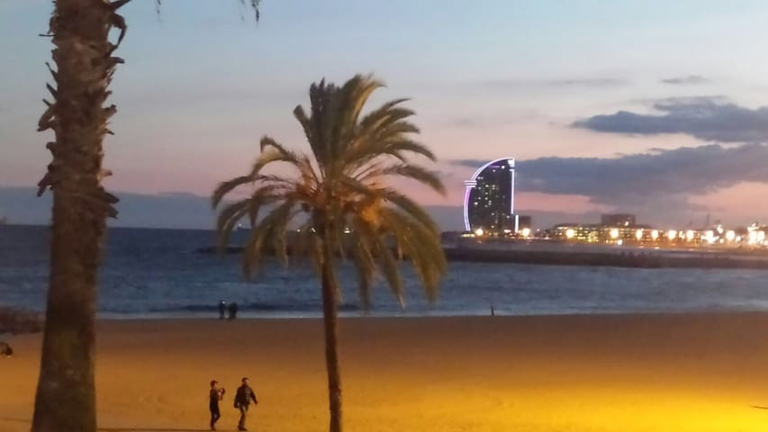 Barceloneta Beach : Big moon day