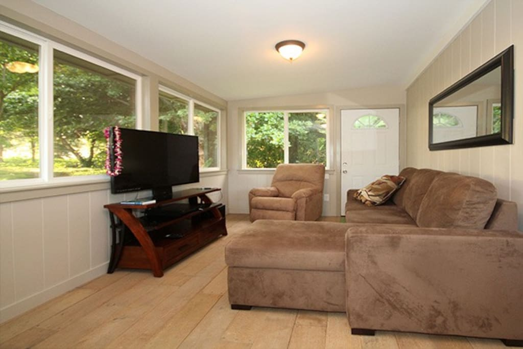 """Ocean / Jungle views from Cozy Living Room with 42"""" flatscreen TV with Netflix / cable & DVD player"""