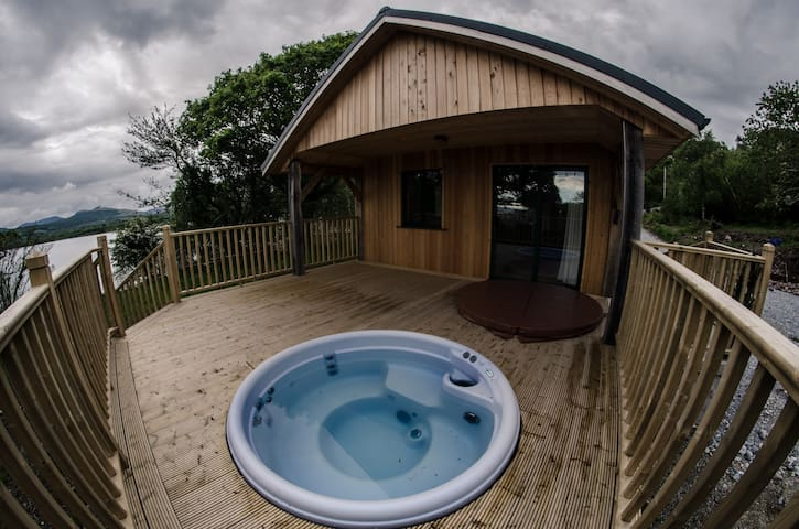 Tig Admaid: Woodland cabin with hot-tub jacuzzi - Kenmare - Casa