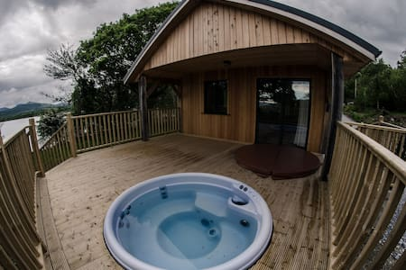 Tig Admaid: Woodland cabin with hot-tub jacuzzi - 켄메어