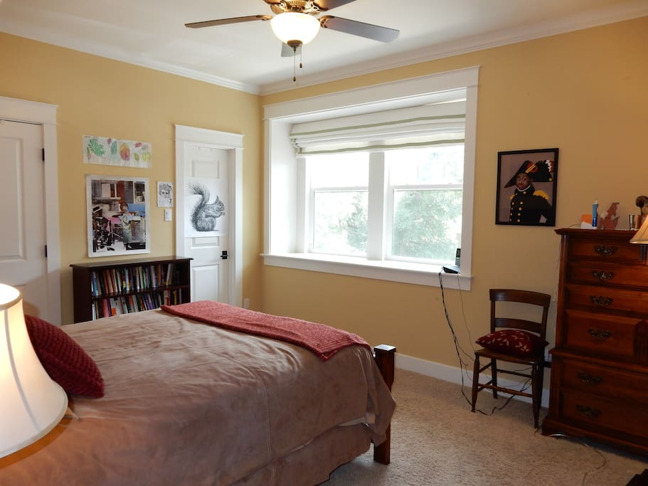 Nice sunny room, ceiling fan and 10' ceiling.