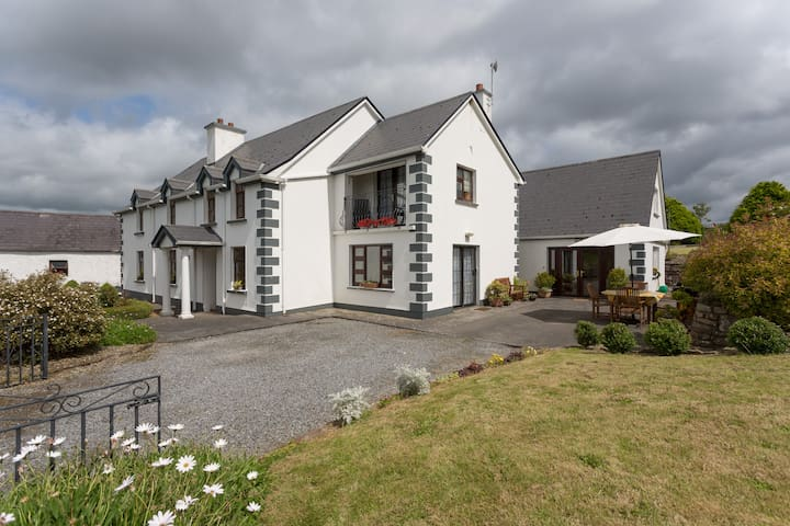 LAKESIDE HAVEN NEAR SHANNON AIRPORT - Gort - House