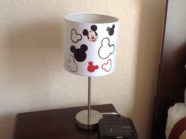 Mickey themed lamp, twin room - Mickey lámpara temática, habitación doble