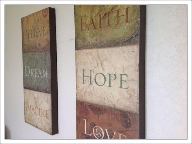 King room -Believe, Dream, Imagine...Faith, Hope, Love (our belief) King habitación-Creer, Sueño, Imaginar ... Fe, Esperanza, Amor (nuestra creencia)
