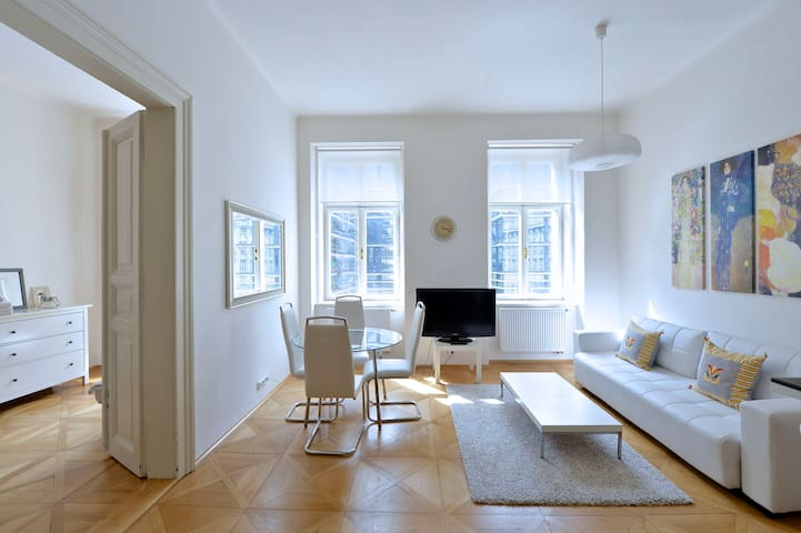 CHIC APARTMENT WALK TO OLD TOWN SQ - Prague 1 - Leilighet