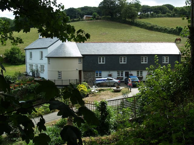 Levalsa Meor Farm (Postcode PL26 6DN) - London Apprentice - Bed & Breakfast