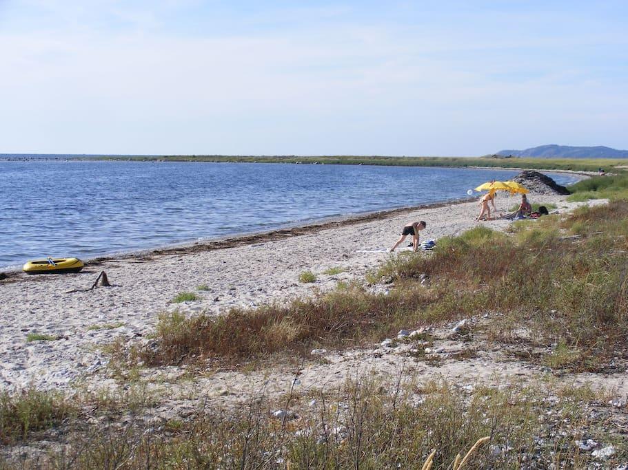 Närmsta stranden, finns många andra sand- och klippstränder inom 8 km.