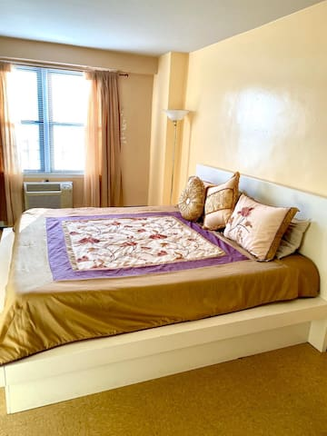 Room close to Queens Mall , train R;M bus Q72;54