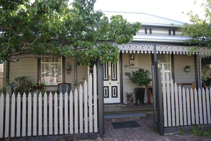 Cosy 1870 Cottage near shops/cafes. - Geelong West - House