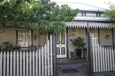 Cosy 1870 Cottage near shops/cafes. - Geelong West