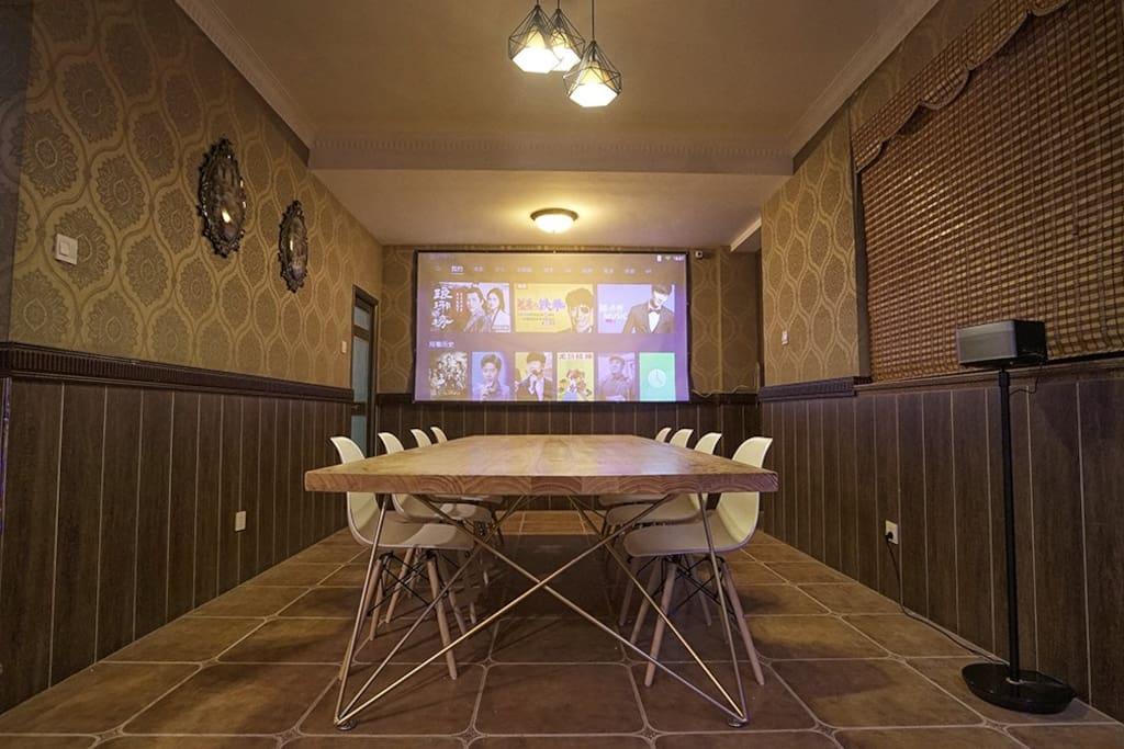 一楼 3.5米会议桌兼餐桌 哈曼卡顿音响 可吃饭 狼人杀 看电影 开会投影ppt excel (投影布右边还有一个圆餐桌火锅区)