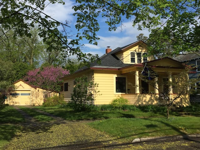 Cozy Craftsman Bungalow near lake & downtown