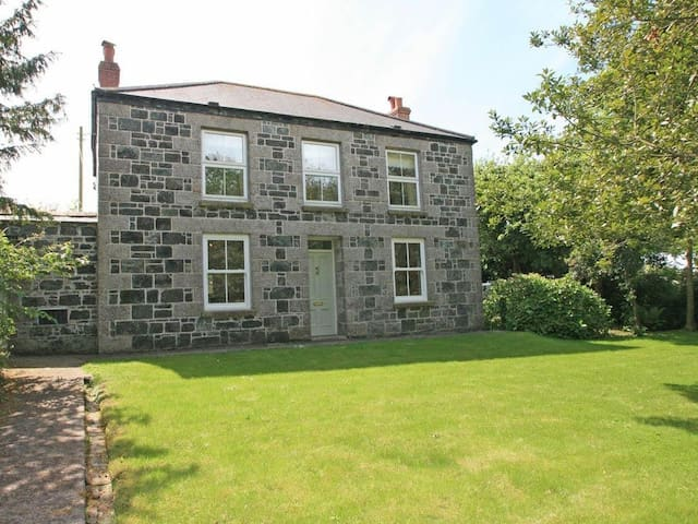 BANNETH, pet friendly, with open fire in Helford, Ref 959433
