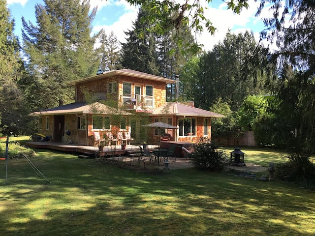 Sproat Lake Park B & B Hot Tub Pet Friendly