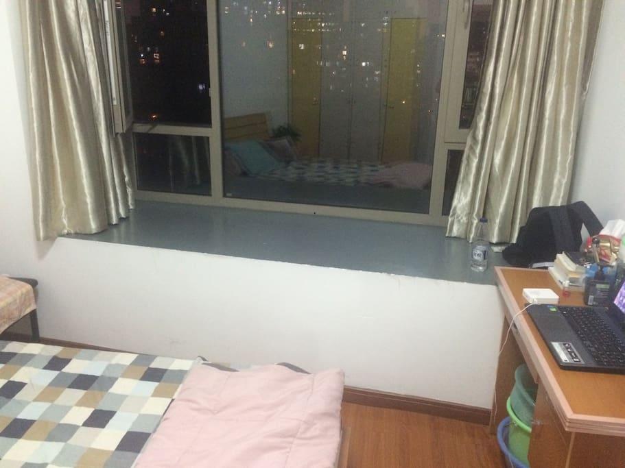 窗台很大,可以睡一个人