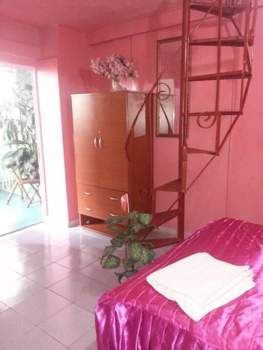 ESCALERA CON ACCESO AL CUARTO DE BAÑO