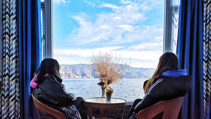 推开窗户喂海鸥#泸沽湖舒适湖景大床房三间组合可住6人#坐在窗前观日出看晚霞#免费停车#大落水免费接送