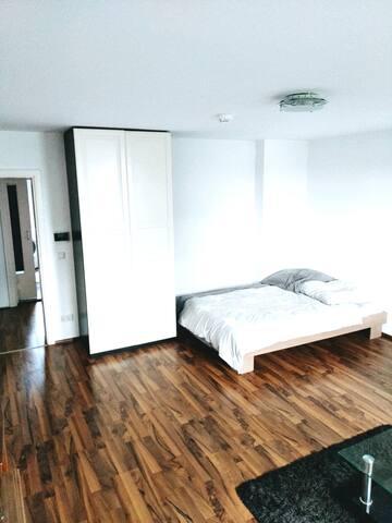 großes helles Zimmer in der Wohnung