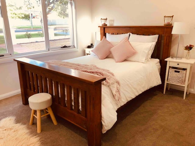 Queen size bed- with adjoining ensuite.