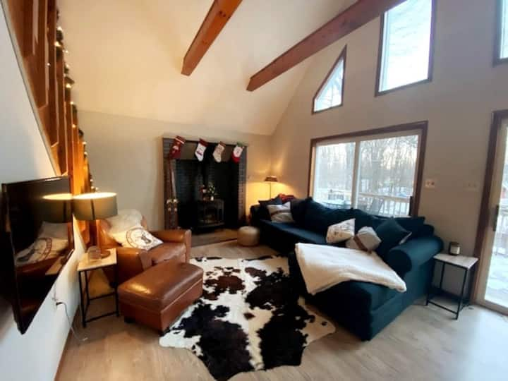Cozy & Modern Cabin - sleeps 10, mins from skiing!