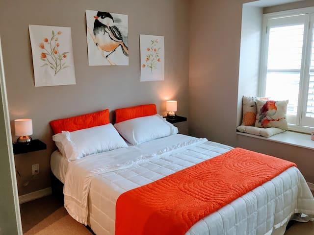 Birdie room in HEART of downtown YET QUIET!!