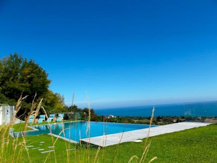 Appartamento in villa con piscina e vista mare