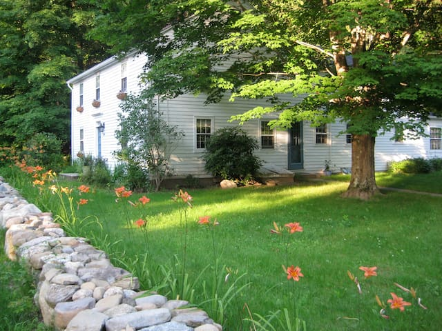 Antique Farmhouse in Canton CT - Canton - Casa
