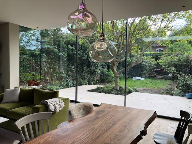 Lovely Light & Airy Loft Room in Putney. (Parking)