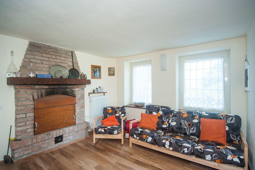 Sala con divano e camino