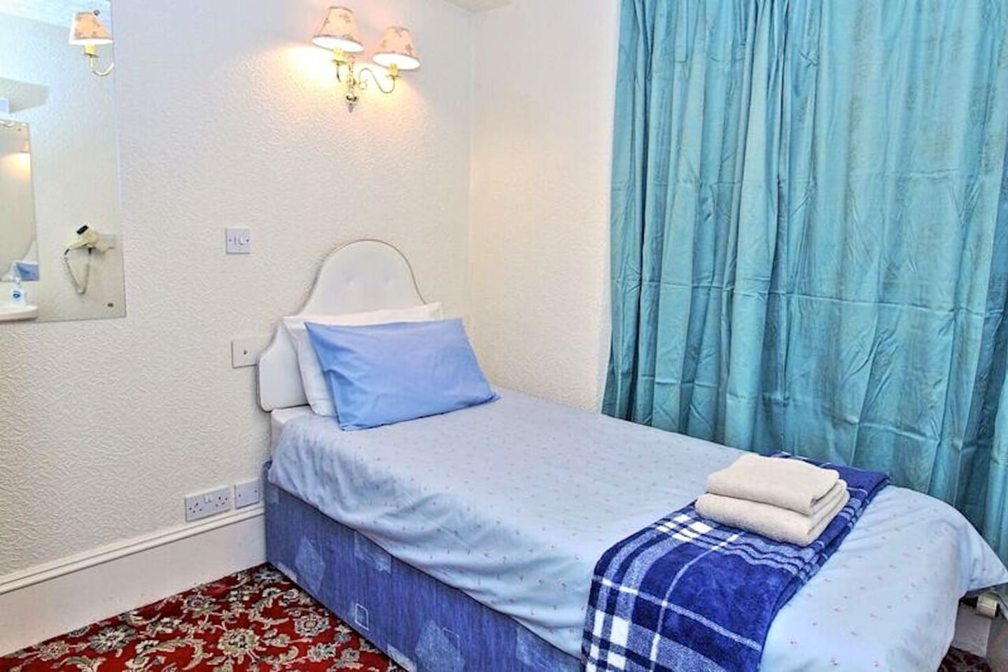 Non ensuite single room. Share toilet and shower room with another non ensuite single room.