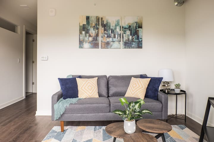 Comfy + Cozy | Modern 1br Near Lake + Juneau Park