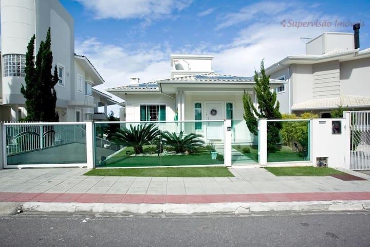 Excelente casa no melhor Bairro Residencial - Palhoça - Casa